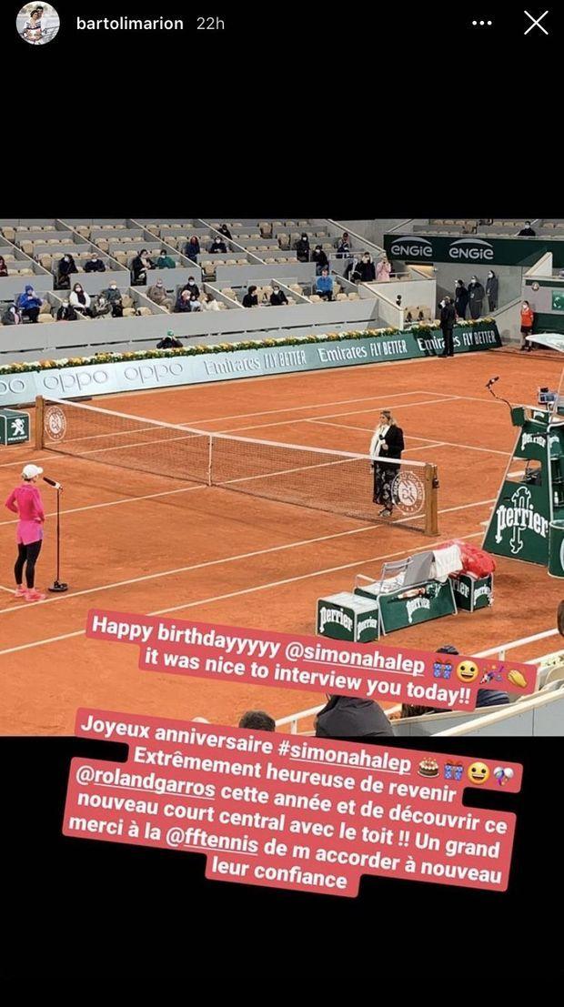 Marion Bartoli souhaite un joyeux anniversaire à Simona Halep à Roland-Garros le 27 septembre 2020