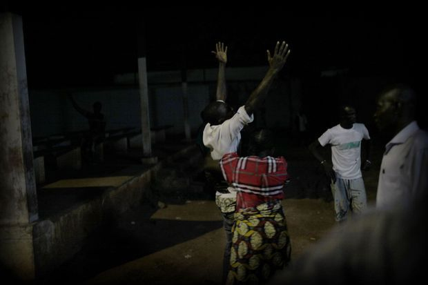 A l'hôpital communautaire de Bangui (en haut), on s'affaire autour des blessés de l'église Notre-Dame-de-Fatima. La douleur des proches éclate : au moins 11 personnes ont été tuées (ci-dessus).