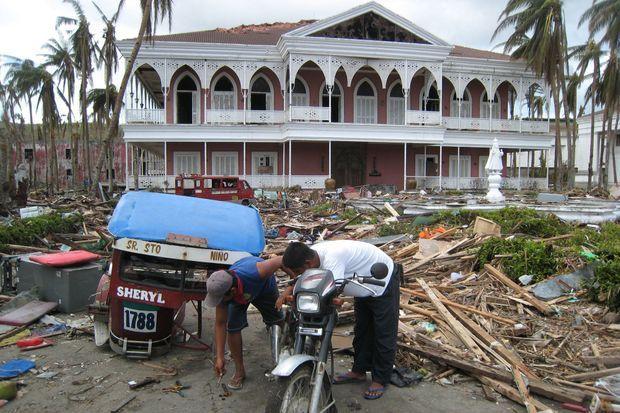 La résidence présidentielle de Ferdinand et Imelda Marcos, à Tacloban. Baptisée « le temple du divin enfant ». Imelda est originaire de la région. Avant le typhon, les jardins étaient florissants. Un des seuls bâtiments à être resté debout en dépit de sévères dégâts à l'intérieur.