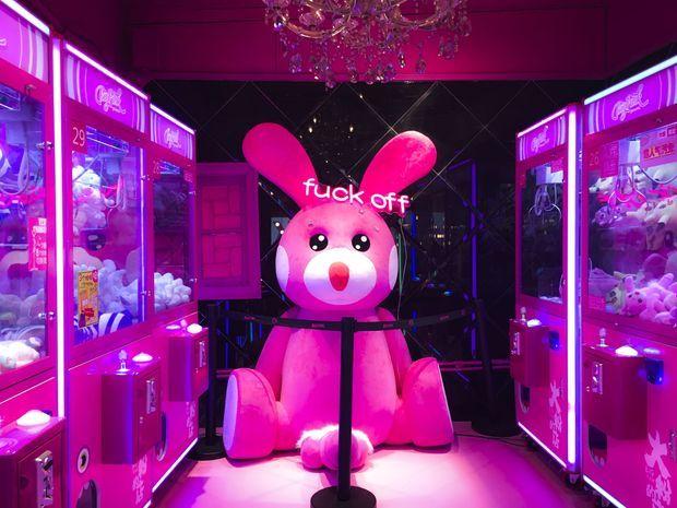 L'étrange lapin un peu pervers rose bonbon