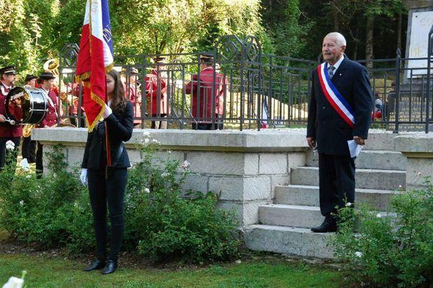 Jean-Pierre Libert, maire de Beaumont-en-Verdunois, lors d'une cérémonie du souvenir (avec sa petite-fille qui fait le porte-drapeau).
