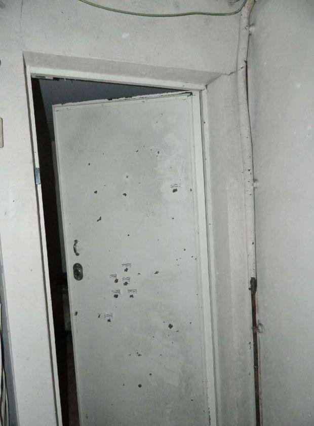 Impacts de balle sur la porte d'un appartement voisin à celui de Jawad.