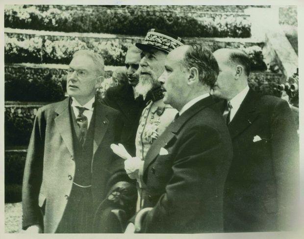 Inauguration, en juin 1936, des restaurations de Versailles financées par John D. Rockefeller Jr (à g.). Avec le général Gouraud, gouverneur militaire de Paris (au centre), et Georges Huisman, directeur des Beaux-Arts.