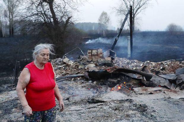 Une femme près des ruines fumantes d'une datcha à Novossibirsk, en Sibérie occidentale, le 23 avril dernier.