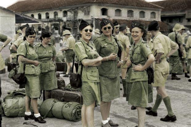 Au mépris du danger, l'enthousiasme des engagées, en 1947 : Le personnel féminin de l'armée de terre débarque dans le port de Saïgon pour prêter main-forte au corps expéditionnaire français en ExtrêmeOrient (CEFEO).