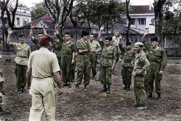«On y va Pour les copains », le credo des derniers volontaires : Dans un enclos près de l'hôpital Lanessan, à Hanoï, un officier demande cinq volontaires pour un parachutage sur Diên Biên Phu. Sept mains se lèvent! Entre le 13 mars et le 7 mai 1954, alors que tout le monde sait la chute du camp retranché imminente, 4277 soldats français se sont portés volontaires pour «aider les copains» ou pour «l'honneur».