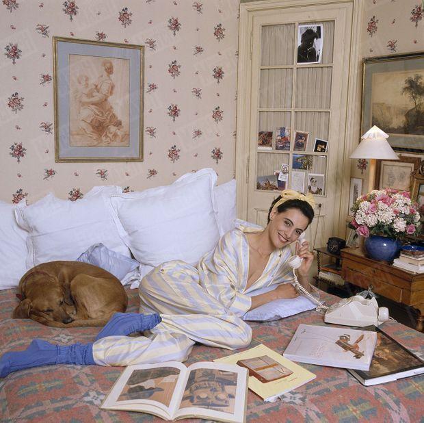 «Dans sa chambre, sur les jardins du Palais-Royal, Inès devant ses livres d'art moderne avec son chien à demi labrador, Jimmy. Au mur, une sanguine XVII.» - Paris Match n°2090, 15 juin 1989.