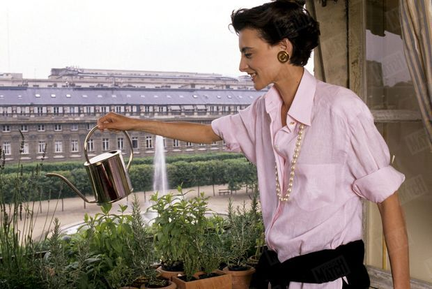 «Inès arrose les fleurs de son balcon, sur le Palais Royal.» - Paris Match n°2090, 15 juin 1989.