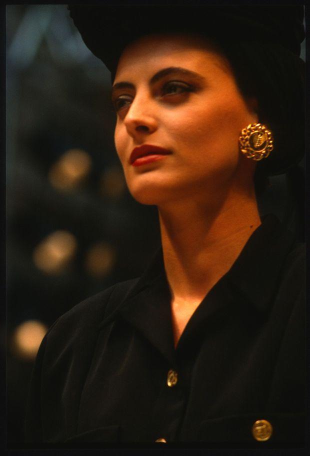 Inès de la Fressange défile pour la collection Haute Couture de Chanel, lors de la Fashion Week Automne-Hiver 1986-1987 de Paris, le 1er juillet 1986.