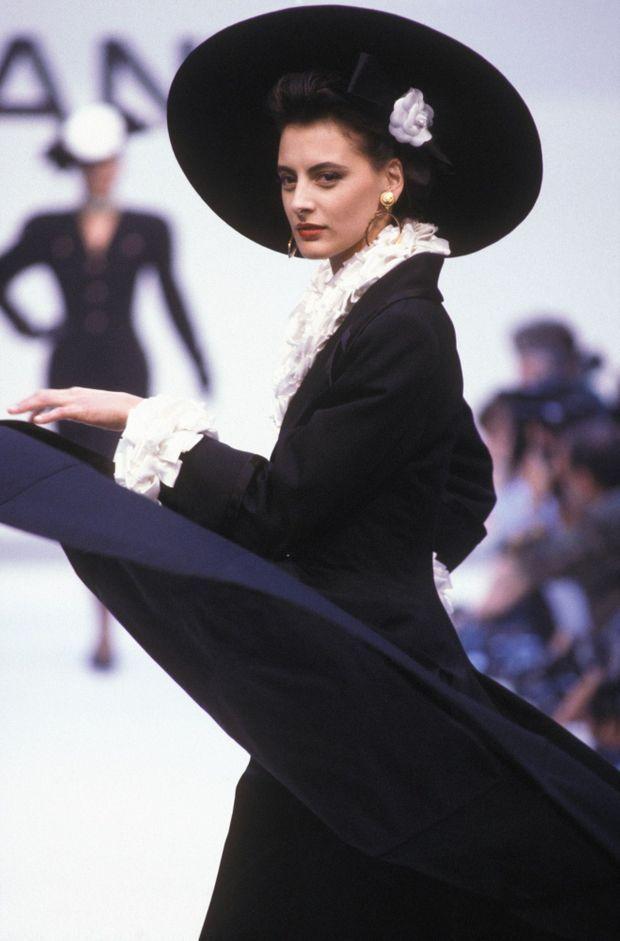 Inès de la Fressange défile pour la collection Automne-Hiver 1987-1988 de Chanel, le 26 juillet 1987 à Paris.
