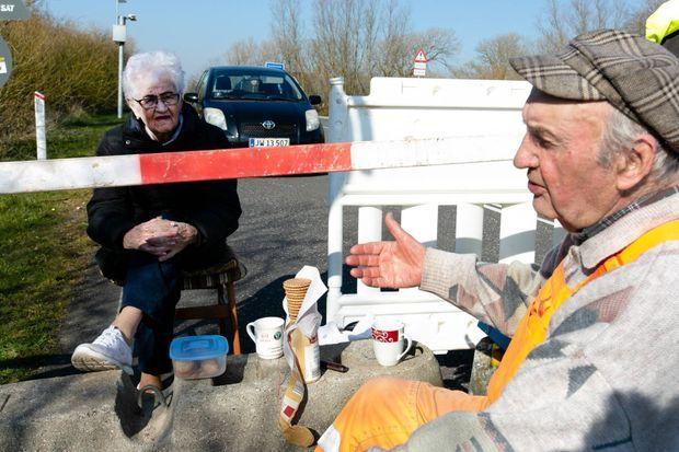 Inga Rasmussen et Karsten Tüchsen Hansen à la frontière entre le Danemark et l'Allemagne à Aventoft, le 27 mars 2020.