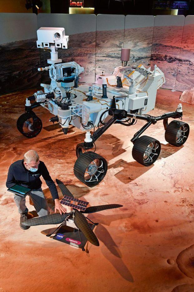 Ingenuity, le drone de 1,8 kilo embarqué par le rover. Pour décoller sur Mars, ses hélices tournent dix fois plus vite que celles d'un hélicoptère.
