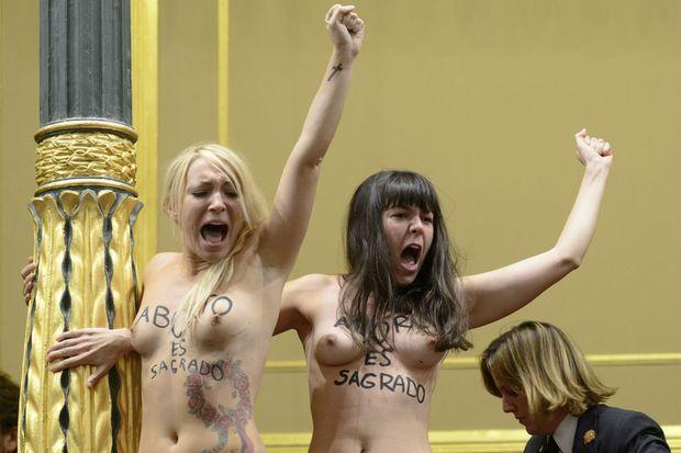 Inna Shevchenko et Pauline Hillier lors d'une action en faveur du droit à l'avortement à Madrid, le 9 octobre 2013.