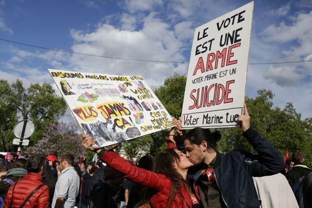 Un couple de manifestants, lundi 1er mai à Paris.