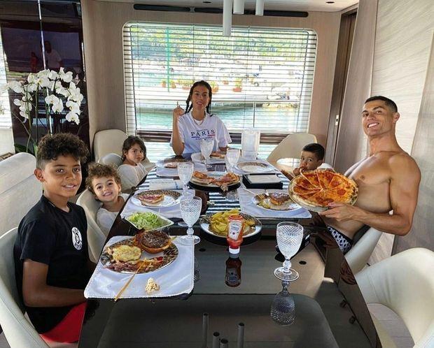 Dans la salle à manger du yacht, déjeuner pizza avec les enfants. (De g. à dr.) : Cristiano Jr, Alana Martina, Eva, Georgina, Mateo et Cristiano Ronaldo.