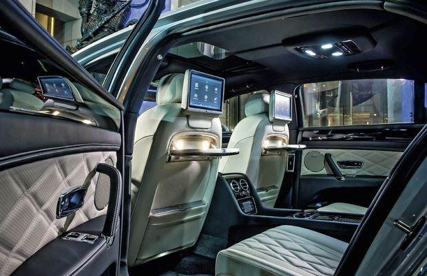 A l'arrière, les passagers disposent de sièges réglables, chauffants et ventilés. Face à eux, une tablette en bois précieux et un écran de 10 pouces. Et pour les mélomanes, un système audio Naim de 1 100 W, une option à 6 766 €.