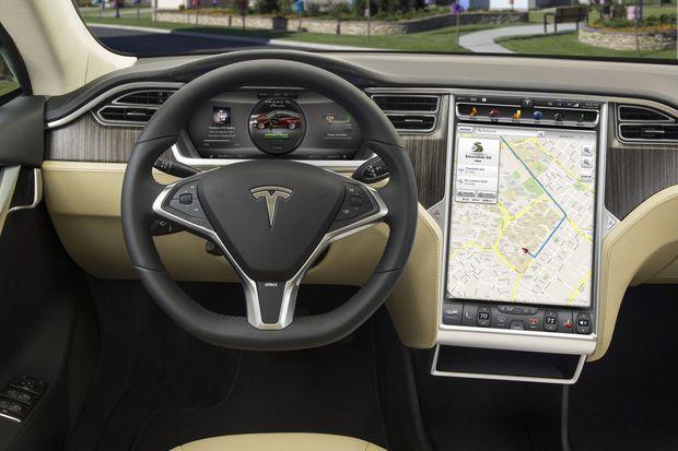 La planche de bord de la Model S, sobre et élégante.