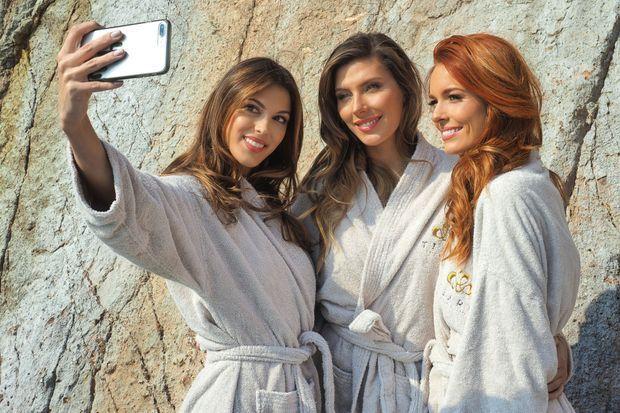 Iris, Camille, Maëva... Un selfie pour nourrir les réseaux sociaux : sur leurs comptes Instagram aussi, elles affichent leur complicité.