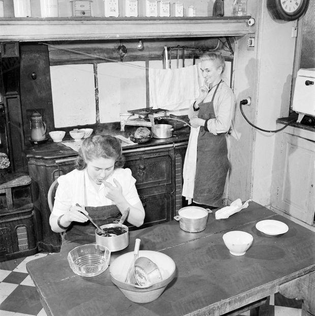« Sous l'œil de la cuisinière, elle goûte la crème au chocolat qu'elle vient de confectionner. » - Paris Match n°105, 24 mars 1951