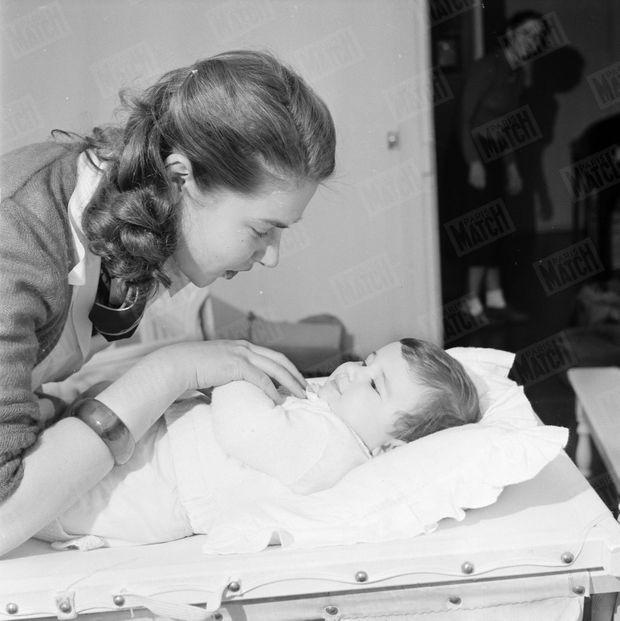 """« Pour obtenir le diplôme de """"L'Aide aux Mères"""", elle va chaque matin au dispensaire. » - Paris Match n°105, 24 mars 1951"""