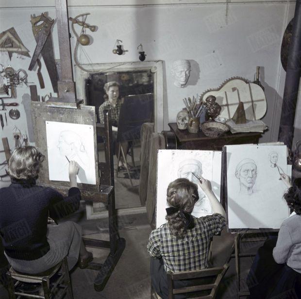 « Dans l'atelier de M. Bouchet où elle travaille le jeudi, une amie a fait son portrait. » - Paris Match n°105, 24 mars 1951