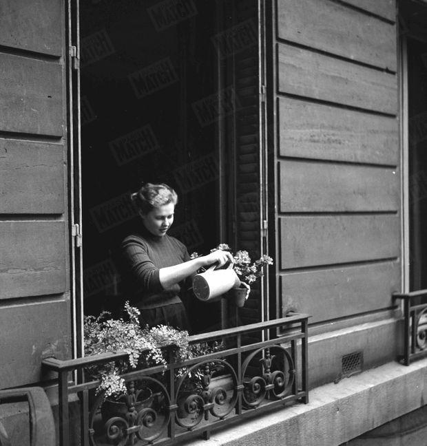« Isabelle aime beaucoup les fleurs. Sur le balcon de sa chambre, elle arrose ses azalées. » - Paris Match n°105, 24 mars 1951
