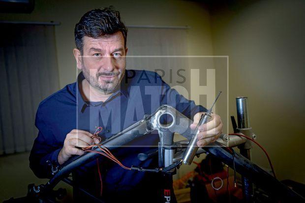 Istvan Varjas présente sa dernière création, plus puissante, de 30 centimètres de longueur, cachée dans le tube de selle. L'inventeur ne donne pas tous les détails… pour ne pas être copié.