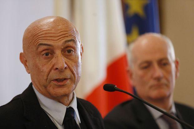 Le ministre de l'Intérieur italien Marco Minniti et le chef de la police italienne Franco Gabrielli lors de la conférence de presse à Milan, vendredi.