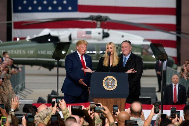 Ivanka Trump, entourée de Donald Trump et de Mike Pompeo, sur la base aérienne d'Osan, en Corée du Sud, le 30 juin 2019.
