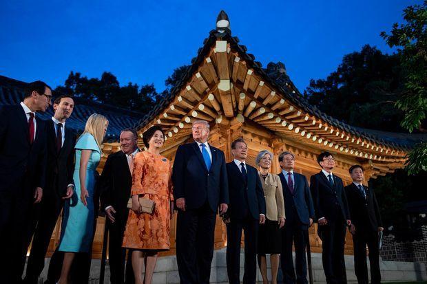 Ivanka Trump (en bleu), laissant la place à Mike Pompeo à côté de l'épouse de Moon Jae-in, Kim Jung-sook, le 29 juin 2019.