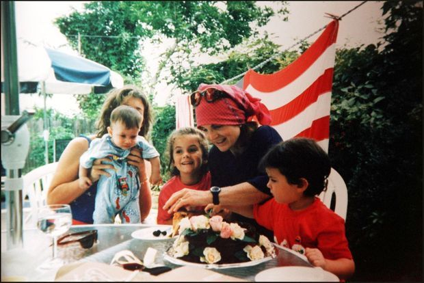 Jackie Kennedy, au lendemain de son dernier anniversaire, le 29 juillet 1993, avec les enfants de sa fille Caroline Kennedy Schlossberg (John, Rose et Tatiana Celia) à Martha's Vineyard.