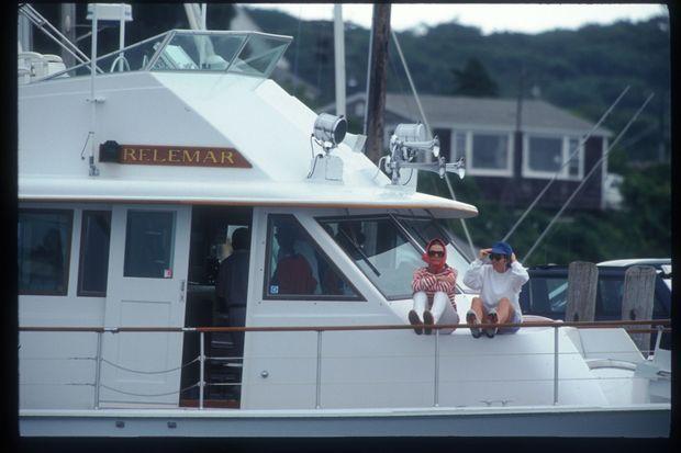 Jackie Kennedy Onassis et sa fille Caroline Kennedy sont assis sur le pont de leur yacht, le « Relemar », le 24 août 1993, sur l'île de Martha's Vineyard