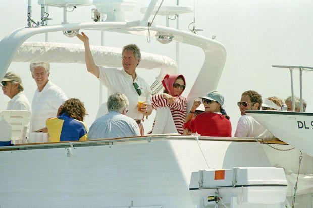 Le président Clinton sur le « Relemar » avec Jackie Kennedy Onassis, au centre à droite, et des membres de la famille Kennedy, au large de Martha's Vineyard, le 23 août 1993.
