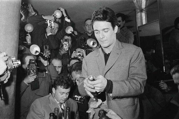 Pour fêter la venue au monde de son fils, Jacques Charrier reçoit journalistes et photographes au Royal Passy.