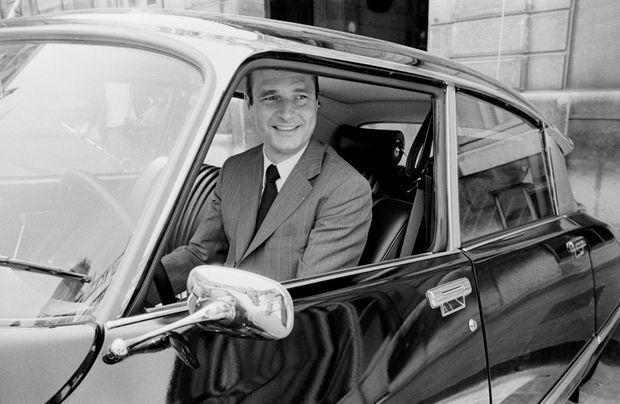 Premier ministre, Jacques Chirac arrive dans la cour de l'Elysée au volant de sa Citroën DS, en août 1974.