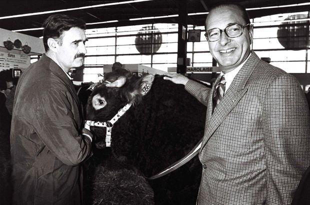 Jacques Chirac en campagne pour les élections législatives, à son aise au salon de l'agriculture, le 15 mars 1986.