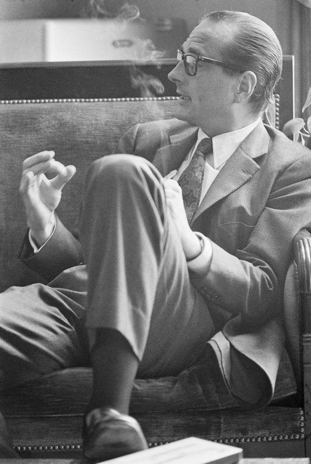 Jacques Chirac en août 1972, cigarette au bout des doigts.