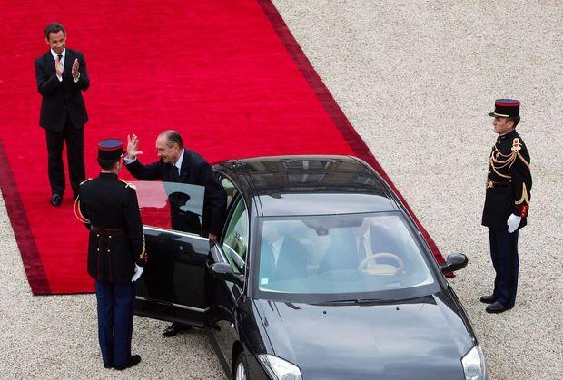 Jacques Chirac quitte l'Elysée, le 16 mai 2007, sous le regard de son successeur, Nicolas Sarkozy.