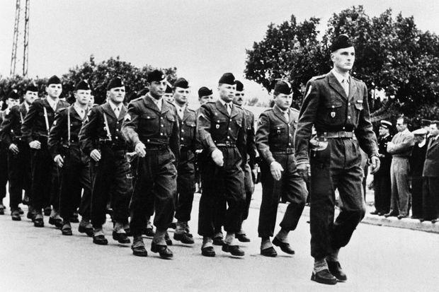 Jacques Chirac, 24 ans, mène la parade du 6e régiment d'artillerie, en 1956.