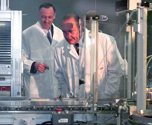 Février 2000. Jacques Chirac visite l'usine MPO en Mayenne, où sont fabriqués CD, CD-ROM et DVD.