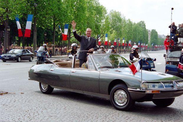 17 mai 1995 : à bord de la Citroën SM présidentielle, Jacques Chirac salue la foule des Champs-Elysées.