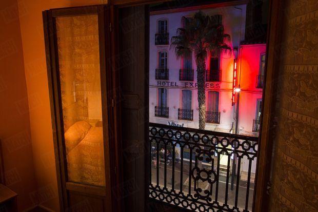« Une chambre de l'hôtel du Berry, où a vécu Jacques Rançon à l'époque des faits. De la fenêtre, on peut épier l'avenue Charles-de-Gaulle et la gare, à 150 mètres à gauche. » - Paris Match n°3414, 23 octobre 2014