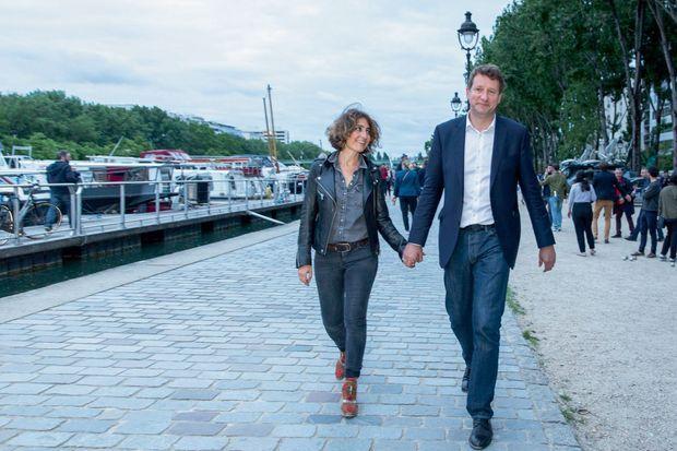 21 h 30, quai de Seine, à Paris, avec sa compagne la journaliste Isabelle Saporta, dimanche 26 mai. Il vient de fêter les résultats avec son équipe et des militants au bistrot Le Hangar.