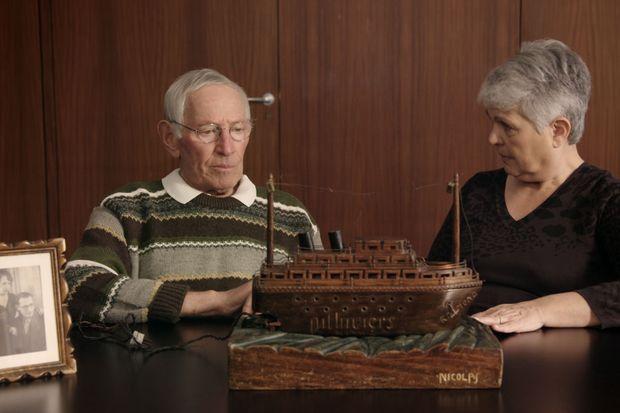 Le bateau construit par Monsieur Strompf tandis qu'il était prisonnier à Pithiviers. Son fils raconte l'histoire à une bénévole.