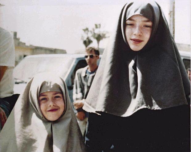 Ici et à dr., le tournage du film en 1990, en Israël. La petite Sheila Rosenthal joue le rôle de Mahtob à 5 ans. La vraie Mahtob, (à sa gauche), est figurante.