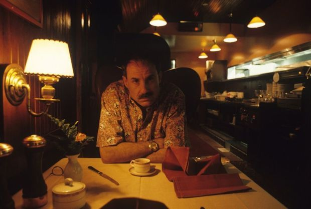 "James Ellroy assis devant un café au ""Pacific Dining Room"" de Los Angeles, en octobre 1991."