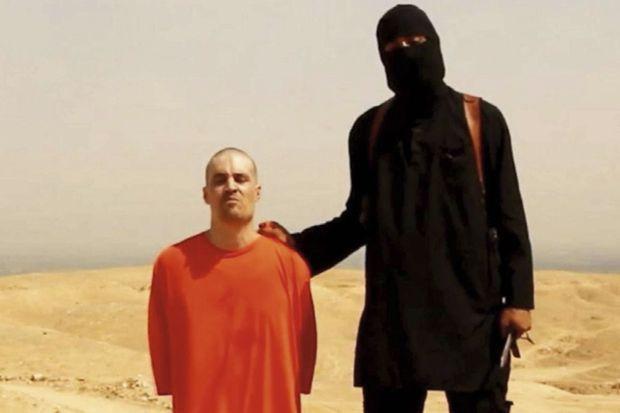 . James Foley et son meurtrier, dans la vidéo de son exécution diffusée mardi 19 août.