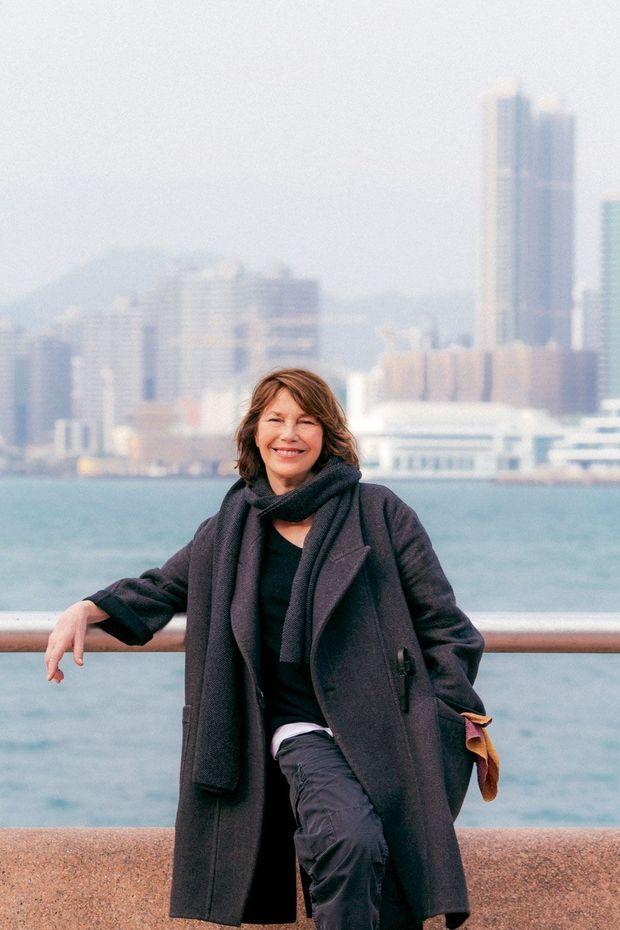 Jane Birkin devant le port de Hong Kong.