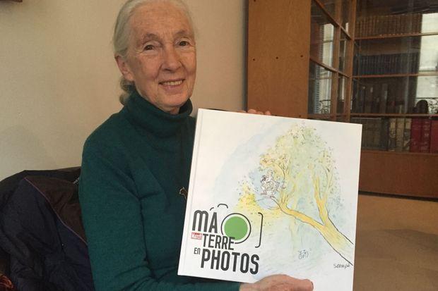 """Jane Goodall et notre livre """"Ma Terre en Photos""""."""