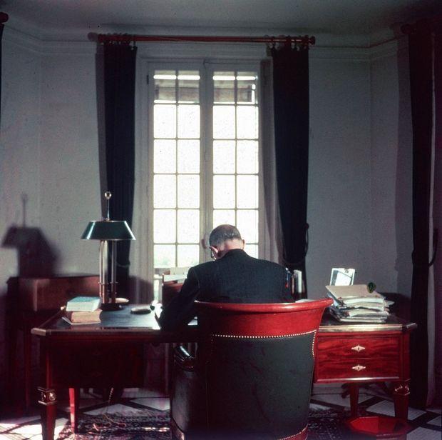 Janvier 1946. Le général de Gaulle vient de quitter le gouvernement provisoire, et travaille au plan de ses « Mémoires de guerre ».